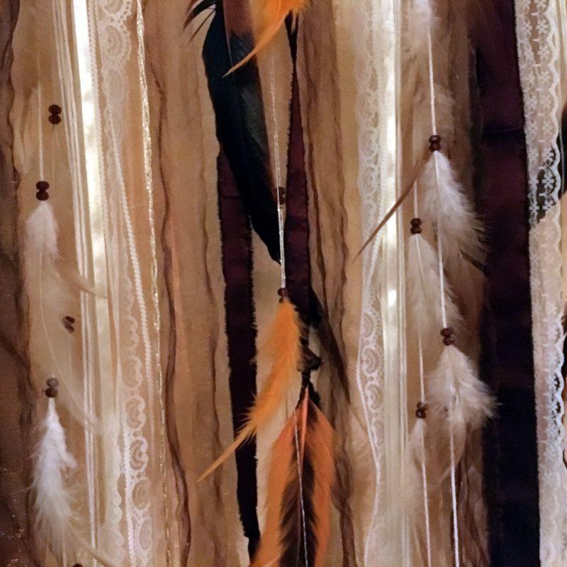 Attrape-rêves très grand modèle dans les tons cuivre, pourpre et blanc cassé.