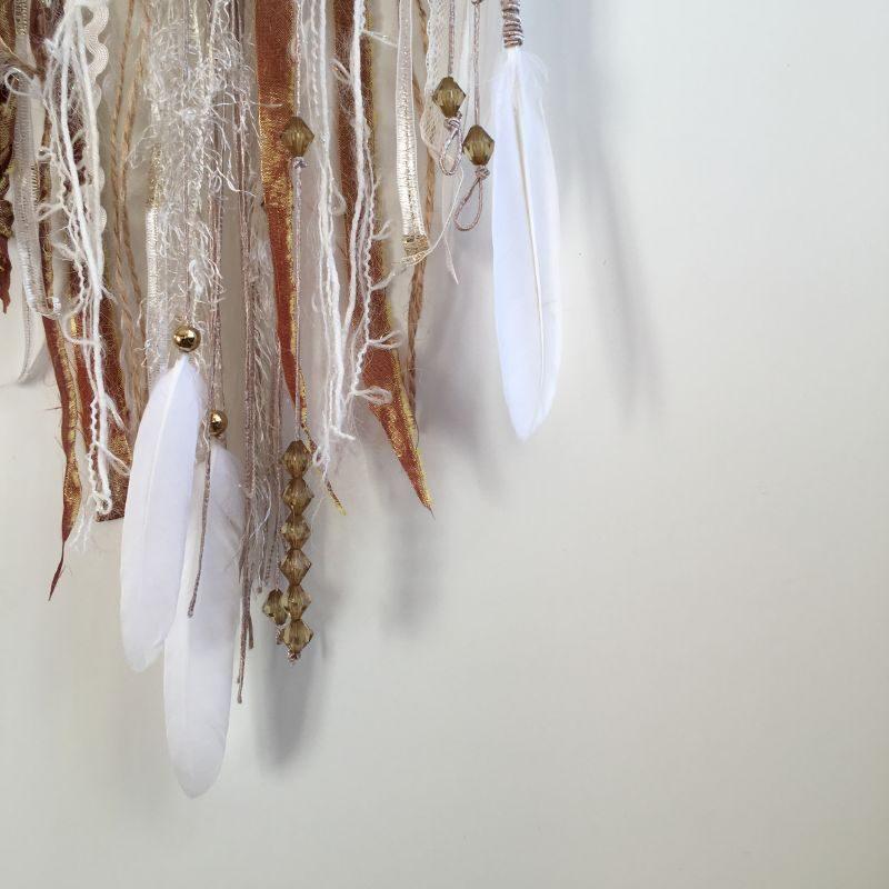 """Déco plumes : Attrape-rêves """"Alice"""" dans les tons cuivre, blanc et or"""