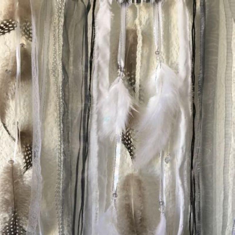 """Déco plumes : Attrape-rêves dans les tons gris et blanc """"Manon"""""""