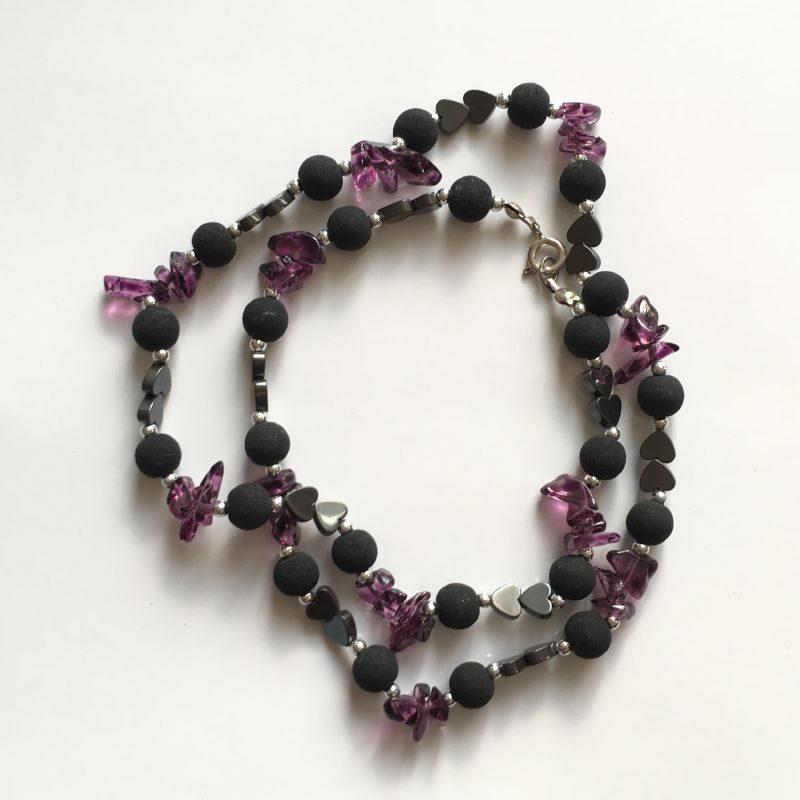 Collier composé de pierres et de perles de très bonne qualité