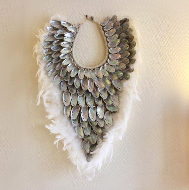 Déco plumes : décoration murale ethnique coquillages et plumes