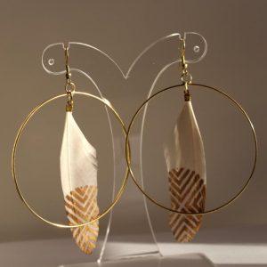 Boucles d'oreilles créoles et plumes dorées