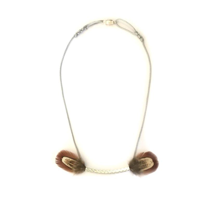 Collier Vaiana : collier plumes ras du cou tube argent et plumes véritables