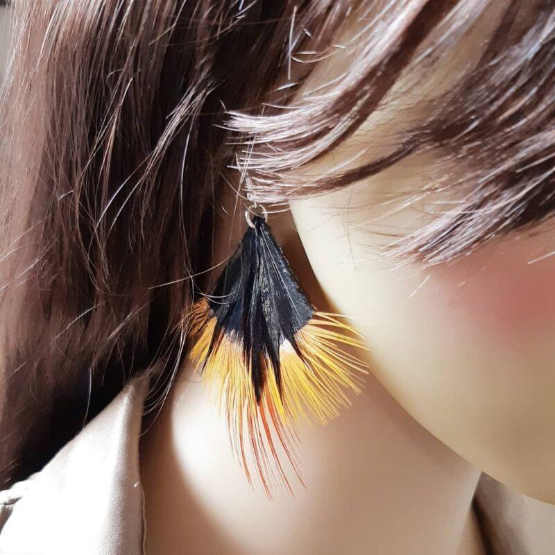 decoplumes-boucles-Andrea-cuir-et-plumes-noires-et-orange
